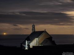 fin d'éclipse de lune à la pointe du Van (Paul Kerrien) Tags: finistere bzh eglise bretagne rivage matin