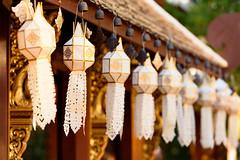 Décorations d'un temple à Chiang Mai (Yoyoooo_) Tags: vacances soir historique reflex monument orange voyage tourisme eglise grosplans hiver nikon crépuscule pleinair architecture ville isolé d750 happyplanet asiafavorites