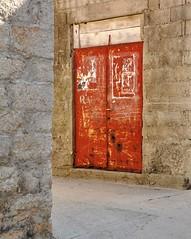 Bright orange TDD/DDD (wilma HW61) Tags: tdd ddd deur door tür ingang entrance entrée porta porte compositie composition oranje orange dalmacija dalmatië dalmatia dalmazia hrvatska kroatië croatia croazia europa europe wilmahw61 wilmawesterhoud dwwg outdoor vrgadi