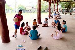 Atelier ludique avec les enfants d'une école thaïlandaise (infoglobalong) Tags: stage étudiant service bénévolat volontaire international engagement solidaire voyage découverte enseignement éducation école enfants aide alphabétisation scolaire asie thaïlande jeux sport art informatique rénovations
