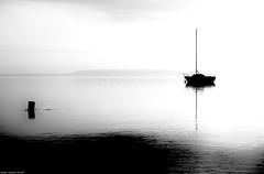 Entre Gris Clair, Gris Foncé... (SabineLacombe) Tags: noiretblanc berreletang bouchesdurhone etangdeberre etang bateau paca provence