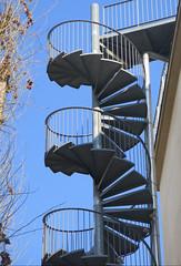 Escalier de secours -  Paris 16e [Explore 24/2/2019] (Sokleine) Tags: escalier stairs exterior secours emergency bleu blue sky ciel palaisdetokyo art musée museum paris 75016 france spirales curves