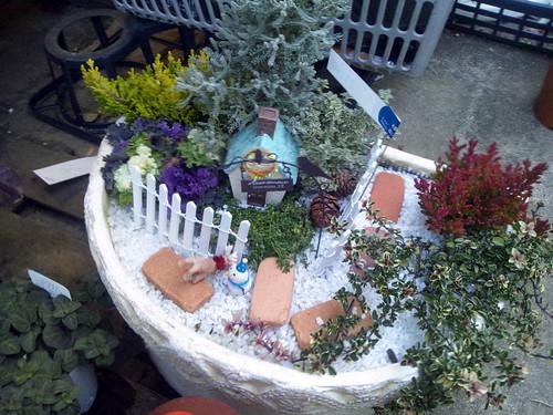 緑豊かな庭を持つ家のかわいいミニチュア風寄せ植えと題した写真
