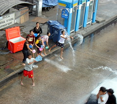 throwing water (the foreign photographer - ฝรั่งถ่) Tags: kids throwing water bus stop phahoyolthin road bangkhen bangkok thailand canon songkran