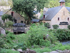 Pont-Aven, Moulin Rosmadec (Traveling with Simone) Tags: moulin watermill garden jardin tree arbre aven rivière hotel restaurant hôtel stones rocks bretagne brittany finistère cornouaille france europe tourisme