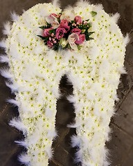 These gorgeous angel wings for a recent funeral were so lovely. With white feathers for detail and a perfect pink cluster of flowers for a person touch 💕 . . #parsleyandsageflorist #stokeontrentflorist #florals #flowersofinstagram #flower_beaut (parsleyandsage11) Tags: floraldesign flowerstagram shoplocal flowerdaily florals flowergram floralfix floraldesigner flowermagic floralperfection florwerstagram flowersofinstagram awesomeflorals flowerbeauties floristsofinstagram parsleyandsageflorist stokeontrentflorist