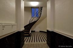Hereinspaziert (Sockenhummel) Tags: treppe treppenhaus hausflur architektur architecture geländer railing handlauf staircase stairwell stairs escaliers stufen steps architekture wohnaus miethaus wendeltreppe fuji xt10