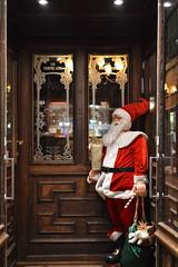 Père- Noël à Bruges ( Belgique) (Chocolatine photos) Tags: noël pèrenoël rouge devantures hiver bois bruges belgique photo photographesamateursdumonde pdc makemesmile maison nikon flickr symétrie