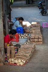 Bûches pour thanaka (Seb & Jen) Tags: bagan myanmar burma birmanie mandalayregion myanmarbirmanie oldbagan nyaungu royaumedepagan bu paya thanaka market marche