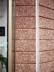 Die Ecke. / 10.03.2019 (ben.kaden) Tags: berlin berlinmitte anderkolonnade architekturderddr architektur details waschbeton beton industriellerwohnungsbau plattenbau wbkberlin wbs70 1987 wolfgangortmann wohngebietwilhelmstrase 2019 10032019