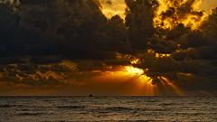 Rayos de sol en alta mar II (Fotgrafo-robby25) Tags: barcosdepesca marmediterráneo nubes rayosdesol sonyilce7rm3