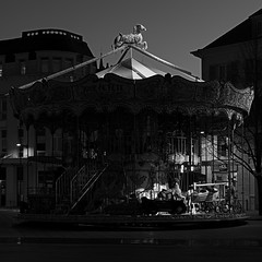 Ying Yang Carrousel (LonánWL) Tags: canoneos200d canonef50mmf18stm urban urbain outdoor outside blackandwhite blackwhite blackwhitephotos carrousel carousel merrygoround manège monochrome