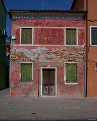 IMGP5145 Abandoned house in Burano (Claudio e Lucia Images around the world) Tags: burano venice pentax pentaxk3ii pentaxart pentaxlens pentaxcamera pentax18135 venezia veneto italy house abandoned ruins rusty crusty red bricks windows door