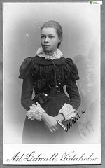 tm_11173 (Tidaholms Museum) Tags: svartvit positiv blackwhite flicka girls girl flickor 1897 1890talet konfirmation confirmation porträtt konfirmationsdräkt portrait