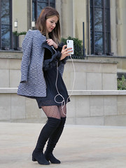 The almost standard position to take a photo with a smartphone (pivapao's citylife flavors) Tags: paris france trocadero girl beauties photographer