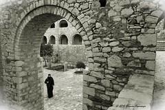 Μονή Οσίου Λουκά - Hosios Loukas (Eleanna Kounoupa) Tags: ελλάδα βοιωτία μονήοσίουλουκά μοναστήρια αρχιτεκτονική μεσοβυζαντινήτέχνη greece hosiosloukas monastery architecture boeotia στερεάελλάδα μαυρόασπρεσ bw blackwhitephotos blackandwhite καμάρεσ arches άνθρωποι people καλόγεροσ μοναχόσ monk history ιστορία