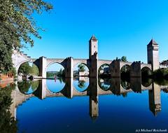 Pont Valentré Cahors / FR (Mike Reichardt) Tags: dwwg architecture architektur cityscape stadtbild stadt brücke pont bridge pontvalentre cahors midipyrenées france frankreich reflection reisen spiegelung blue outdoor outside perigord river fluss landscape landschaft