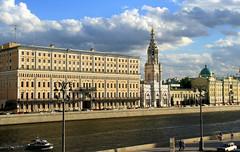 Across the River (Mahmoud R Maheri) Tags: moscow kremlin russia oldbuilding monumentalbuilding river riverside daytime sky clouds