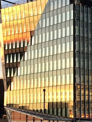 Vitres d'or et d'argent (godran25) Tags: europe europa luxembourg luxemburg kirchberg coucherdesoleil sunset sonnenuntergang or argent ciel sky himmel batîment bâtiments buildings building gebäude 2019 iphone apple orange gold silver silber gelb