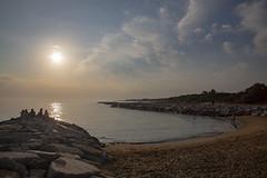 BIBIONE. TRAMONTO (FRANCO600D) Tags: bibione ve spiaggia beach tramonto sunset scogli baia cielo sky nuvole clouds italia veneto italy italie italien bellitalia orizzonte canon eos6dmarkii 6dmarkii canoneos6dmarkii canon6dmarkii franco600d