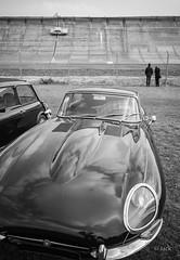en passant par Linas-Montlhery (Jack_from_Paris) Tags: l3008489bw leica m type m10p 20021 leicaelmaritm28mmf28asph 11606 dng mode lightroom capture nx2 rangefinder télémétrique bw noiretblanc monochrom blackandwhite monochrome wide angle street montlhery autodrome de linasmontlhéry course race voiture car jaguar e anneau phares capot