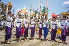 (kuuan) Tags: voigtländerheliarf4515mm manualfocus mf voigtländer 15mm aspherical f4515mm sonynex5n nex5n superwideheliar bali indonesia purapenataransasih pejeng odalan temple festival balinese ceremony ladies procession ceremonialumbrella offerings