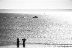 Alors on regardait les bateaux... (De l'autre côté du mirOir...) Tags: trébeurden bretagne breizh brittany bzh fr france french nikon nikkor d810 nikond810 noiretblanc noirblanc nb blackwhite bw négroyblanco monochrome mer eau bateau plage côtesdarmor lamanche 7002000mmf28 côtesdelamanche
