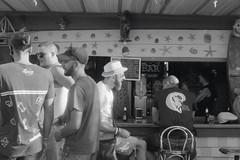 Tarifa - 02 (bumbazzo) Tags: tarifa spagna spain mare sea beach spiaggia ragazzi ragazzo modello modelli uomo uomini boy boys man men model models amici friends group gruppi portrait portraits ritratto ritratti bn bianco nero bianconero bw black white blackwhite analog analogico film pellicola ilford fp4 vacanza vacanze vacation vacations