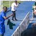 Ibra lanzando camisetas a la grada