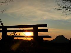 Ein Platz an der Sonne (isajachevalier) Tags: elbsandsteingebirge sächsischeschweiz sachsen sonnenuntergang abend abendstimmung bank landschaft licht lilienstein panasonicdmcfz150