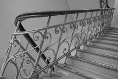 Schräg (Sockenhummel) Tags: 10 mecklenburgischestrase rudolfmossestrasse treppe treppenhaus staircase stairs escaliers architektur s geländer railing handlauf