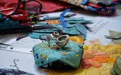Heute wird mit der Hand genäht ... sewing day (Sockenhummel) Tags: nähen handnöhen nadelkissen fingerhut nähtag applizieren biscornu nähwerkzeuge utensilien fuji x30 explore explorer explored fluidr today'sexplore inexplore thimble pincushion quiltingbee stoff fabric applikationen applique