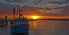 Arriving in the setting sun (pe_ha45) Tags: timmendorf poel insel island harbour hafen ostsee balticsea fischerboot sunset sonnenuntergang