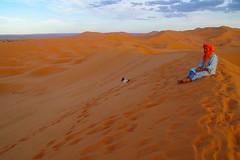 duna (enrico sprea) Tags: duna deserto sabbia orizzonte dune ergchebbi merzouga darkaoua marocco morocco tafilalt meknèstafilalet تافيلالت ⵜⴰⴼⵉⵍⴰⵍⵜ المملكةالمغربية maghreb ⵜⴰⴳⵍⴷⵉⵜⵏⵍⵎⴰⵖⵔⵉⴱ taglditnlmaɣrib regnomaghrebino عرقالشبي saharadesert الصحراء sahara nordafrica sunset allaperto pentaxlife desertosabbioso paesaggio coucherdusoleil silenzio vento sera crepuscolo almamlakaalmaghribiyya twāreg cane animale tagelmust persona imūshāgh tuaregh cielo nuvole orme africa colori tramonto nuvola