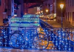 Savoir se fondre dans le décor. (paul.porral) Tags: happy flickr ngc longexposure poselongue nightshot cityscape colours street light france annecy vieilleville