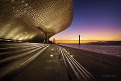 Despiertos al amaatecer (niripla) Tags: lisboa portugal maat amanecer sunrise street europa 25deabril bridge