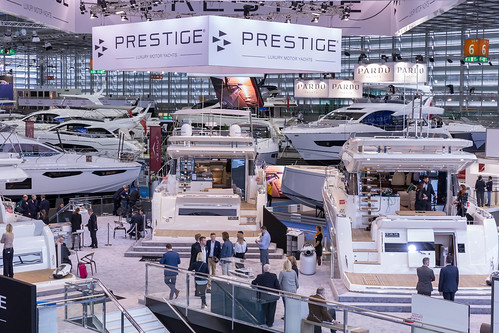 Messehalle gefüllt mit unterschiedlichen Luxusyachten und exklusiven Booten