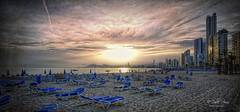 (039/19) A última hora (Pablo Arias) Tags: pabloarias photoshop ps capturendx españa photomatix nubes cielo arquitectura playa arena mar agua mediterráneo hamacas benidorm alicante