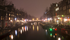 Oudezijdsvoorburgwal (lhb-777) Tags: nacht night gracht canal lichtjes light red wallen district water kleuren colors mist moist fog motregen