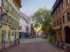 rue des clés (Colmar, F) (pietro68bleu) Tags: alsace hautrhin ville rue placejeandarc arbre architecture colmar town street door window fenetre europe france bike bicycle