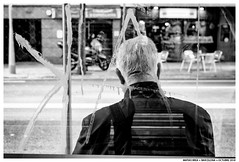 Esperando El Bus (Matías Brëa) Tags: calle street photography social documentalismo documentary blanco y negro black white bnw mono monochrome monocromo personas people gente ciudad urban