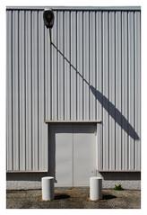 La porte blanche (Pascal.M (bong.13)) Tags: avignon architecture france vaucluse graphisme graphique facades ombre industriel lampadaire