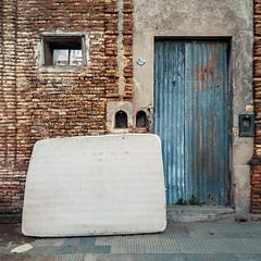 Fotos móviles #467 (Rubén Pinella) Tags: colchón abandono chapas puerta ventana rubénpinella