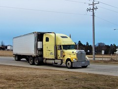 turning off (The WI Diesel Ranch) Tags: freightliner greatdane carrier refrigeratedvan