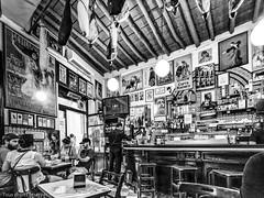 Bar à tapas (Lucille-bs) Tags: europe espagne españa andalousie andalucia sevilla séville nb bw bar clients baràtapas scènedevie affiche jambon