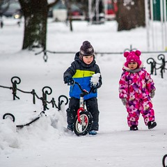 Enfants dans la neige, (yvon.kerdavid) Tags: russie saintpetersbourg enfants parc hiver neige