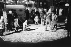 Sotto i riflettori... (sirio174 (anche su Lomography)) Tags: riflettori luci light lucidinatale christmaslight natale christmas piazzavolta como bambini children play playing italia italy minoxgts ilfordhp5