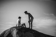 Jour de plage (PaxaMik) Tags: summertime summer été beach beachpeople bretagne brittany roscoff silhouette soleil sun black blackandwhitephotos hoyningenhuene sky ciel
