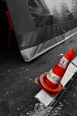 Le spleen du plot... (Tonton Gilles) Tags: alençon normandie rue aux sieurs bar des piétons auvent plot de chantier orange rouge blanc noir et graphisme