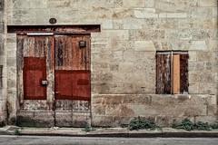 Les rides du vieux Bordeaux (Isa-belle33) Tags: architecture urban urbain city ville bordeaux door porte window fenêtre wall mur fujifilm street streetphotography old ancien